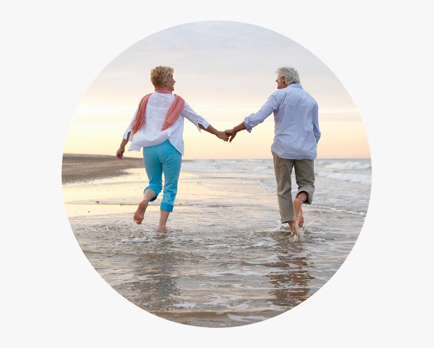 Happy Senior Couple Walking Together On A Beach - Fatores Associados A Um Estilo De Vida Saudável, HD Png Download, Free Download